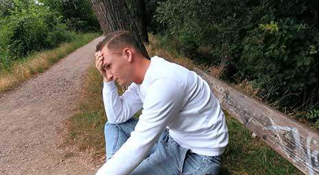 Hoy me follé a un tipo de Cazador Checo 547 en un árbol. Sí, nos subimos a un árbol y me lo follé allí mismo. Pero lo primero es lo primero. Vi a un joven triste sentado en un banco y sollozando.