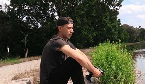 Al principio escuché una moto de agua a lo lejos. Estaba cerca de un lago, así que no me sorprendió el Cazador Checo 552, esperaba que hubiera un grupo de jóvenes con los que pudiera probar mis trucos.