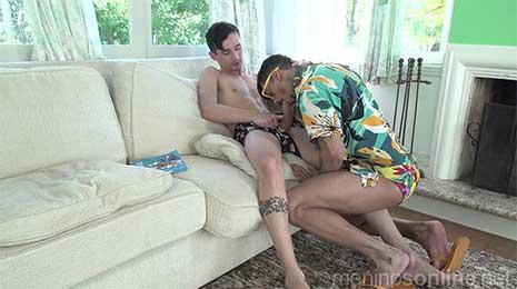 """El """"tío"""" de Felipinho, Dito, llega a la casa y encuentra a Felipinho leyendo un libro en el sofá. Dito decide ponerse su bañador y tumbonas junto a la piscina. Luego regresa al interior de la casa donde comienza la acción."""